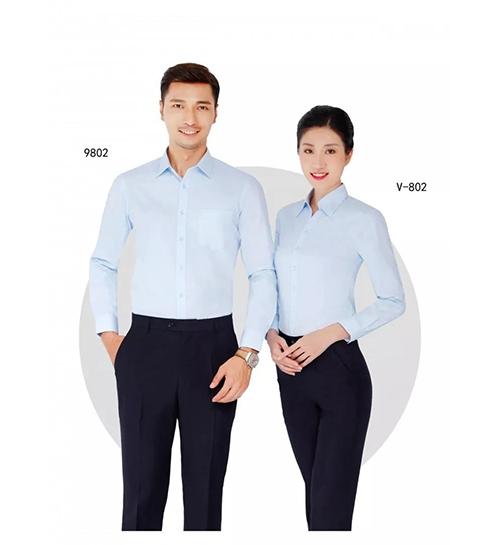 浅蓝色衬衫套装